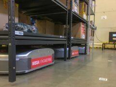 Роботы Geek+ перевозят стеллажи на складе Декатлон